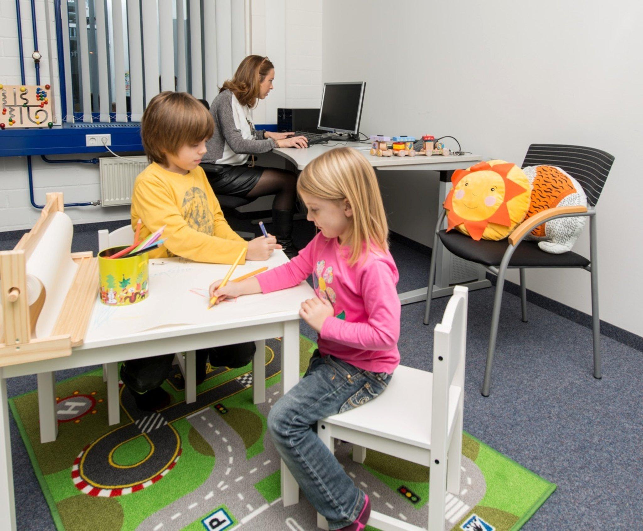 hl-studios richtet Eltern-Kind-Zimmer ein - mit Mama und Papa in der Agentur